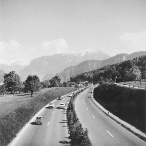 Mässiger Verkehr an einem Sommertag in den 1960-ern.