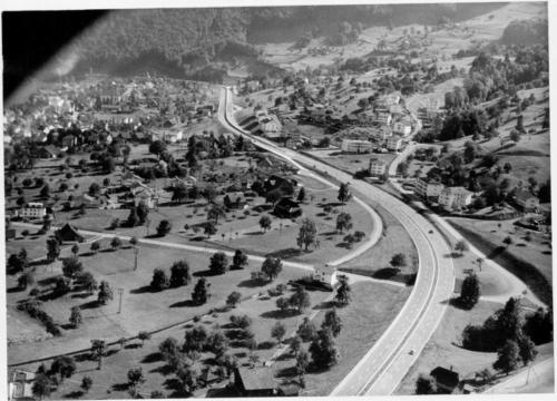 Die Autobahn schlängelt sich durch eine ländliche Landschaft.