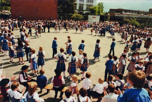 Erstes regionales Kindertanztreffen 1985 im Hofmatt Schulhaus anlässlich der 50-Jahr-Feier der Trachtengruppe Horw.