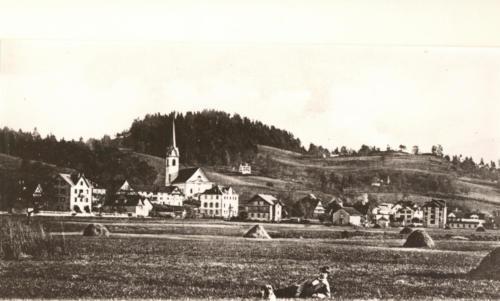 Dorfansicht mit Kirche 1900