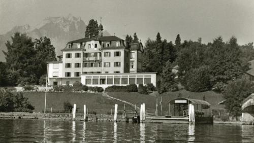 Das Hotel Kastanienbaum mit Schifflände im Jahr 1978.