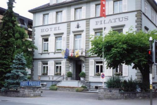 Das Gasthaus Pilatus hatte über Jahrzehnte eine grosszügige Gartenwirtschaft zur Dorfstrasse hin. Das Foto stammt aus dem Jahr 1992